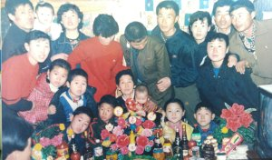 Ahn Yoon-Ae, en el centro, con sus familias.