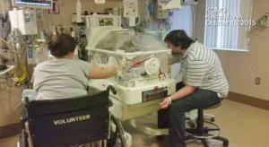 Los padres del recién nacido lo cuidan en la UCI. (Crédito: KOMO/CNN)