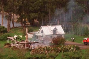 Foto del 29 de abril de 1996 que muestra los restos de la casa de huéspedes en Hobart desde el que un hombre armado, identificado como Martin Bryant, mató a 34 personas e hirió a otras 19. (Crédito:WILLIAM WEST/AFP/Getty Images)