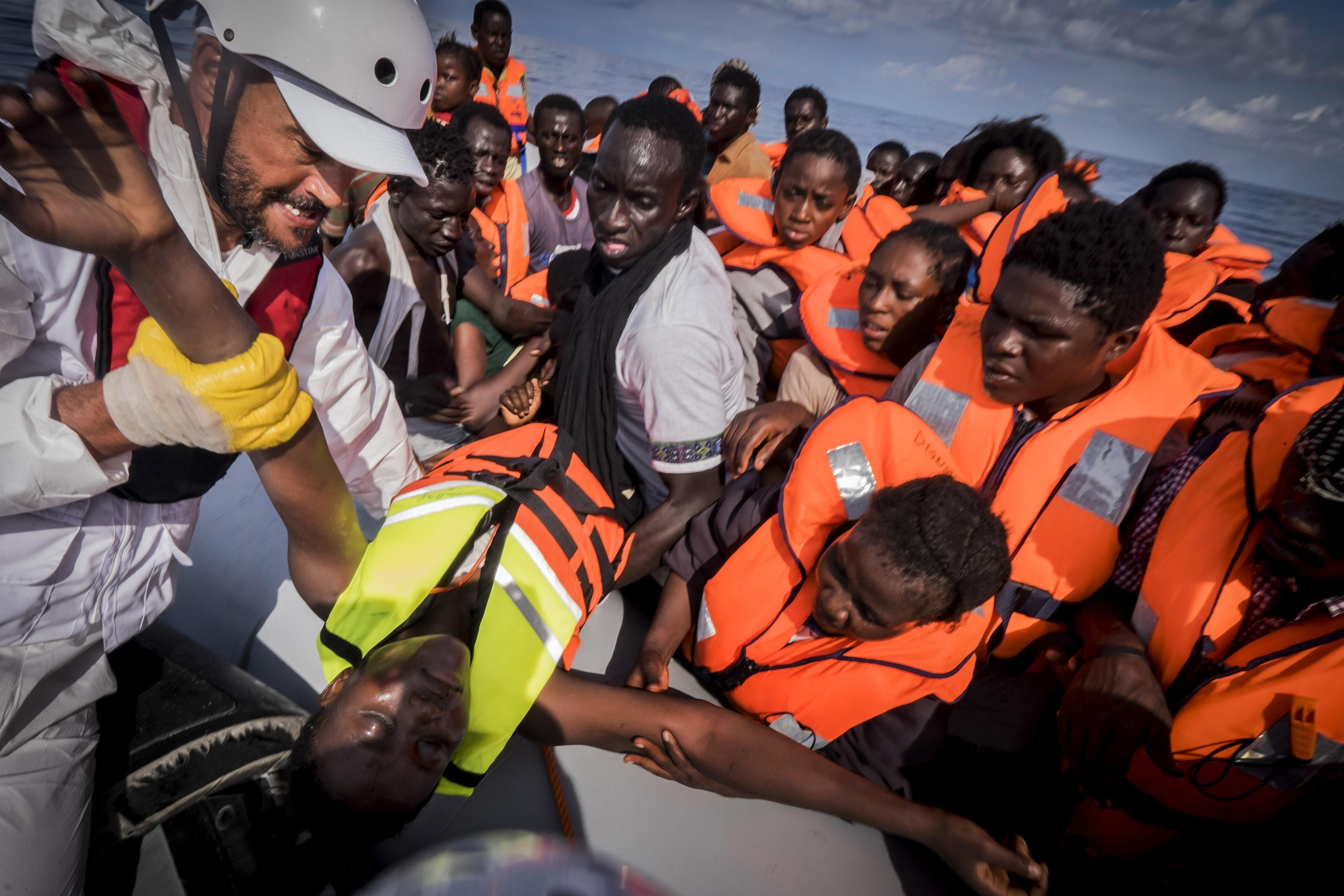 Un equipo de salvamento rescata a un grupo de inmigrantes que intentaba cruzar el mar Mediterráneo desde costas libias a bordo de una embarcación. (Crédito: Ricardo Garcia Vilanova/AFP/Getty Images).
