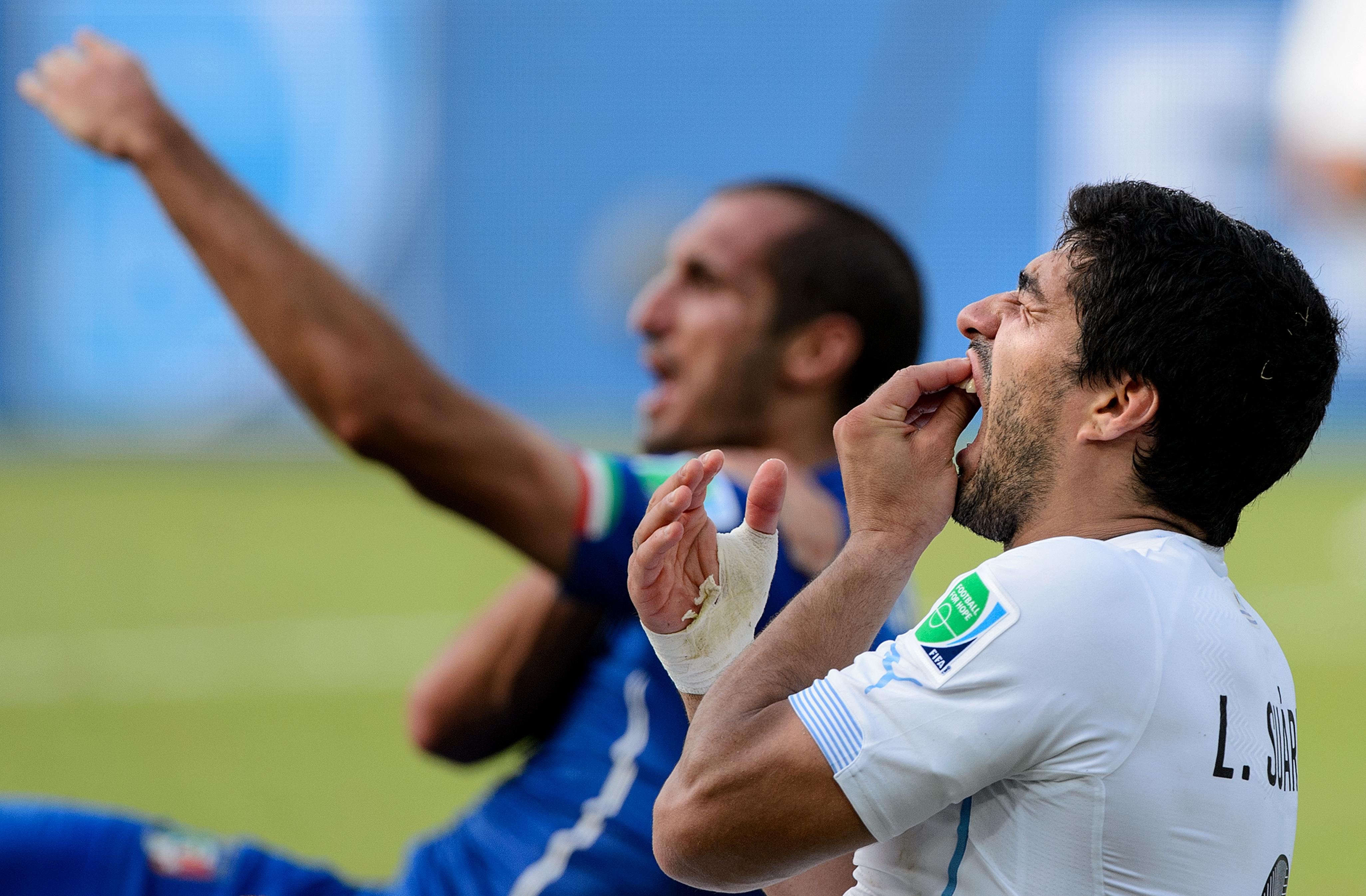 Luis Suárez y Chiellini en su incidente el Mundial Brasil 2014 (Crédito: Matthias Hangst/Getty Images)