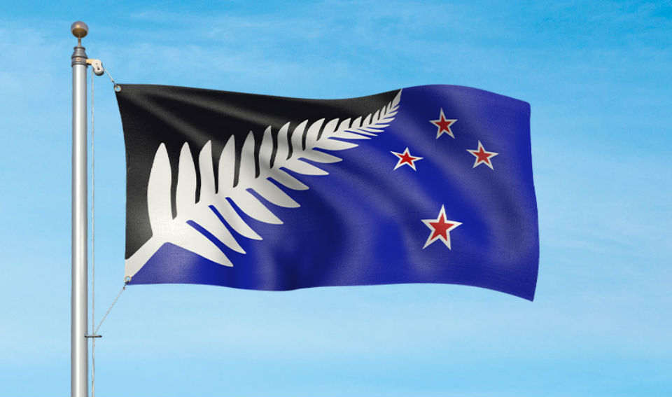 Blanco, negro y azul — El helecho extendido hacia arriba representa la unidad del pueblo neozelandés y su crecimiento hacia adelante en el futuro. El azul representa el océano Pacífico, más una cruz en la parte sur que significa la ubicación geográfica de ese país en las antípodas. Crédito: gobierno de Nueva Zelandia)