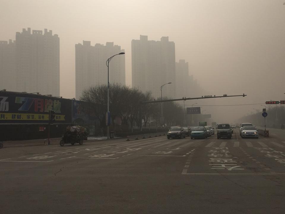 """Boading tiene uno de los índices más altos de contaminación en China: la polución puede hacer arder los ojos y es altamente tóxica para sus habitantes. A pesar de ello, fue nombrada la primera ciudad """"positiva en el carbón"""" del mundo."""
