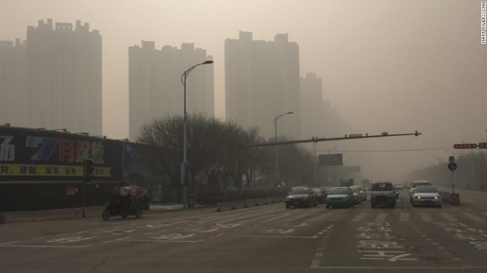 Las calles y edificios en Baoding, China, se ven envueltos en una pesada niebla tóxica el 30 de noviembre de 2015.