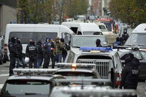 Policías con pasamontañas, ambulancias y bomberos están presentes en el barrio de Bruselas (BENOIT DOPPAGNE/AFP/Getty Images).