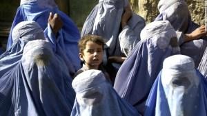 Un niño sobre sale entre un grupo de mujeres en Afganistán, que son obligadas a cubrir sus rostros con burkas.
