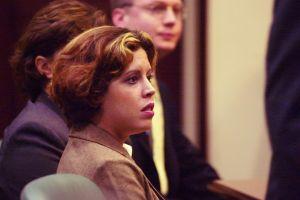 Noelle Bush espera la sentencia por desacato en octubre de 2002. (Crédito: Red Huber-Pool/Getty Images)