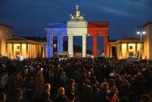 La Puerta de Brandeburgo, iluminada con los colores de Francia, en memoria de los muertos en París. (Crédito: Sean Gallup/Getty Images).