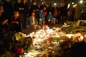 Una vigilia en las inmediaciones del Bataclan, el centro de conciertos asaltado por terrorsitas en París. (Crédito: Christopher Furlong/Getty Images).