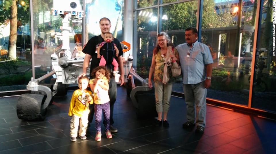Natalie fotografía a la familia y los padres de Daniel durante una visita al Laboratorio de propulsión a chorro de la NASA.