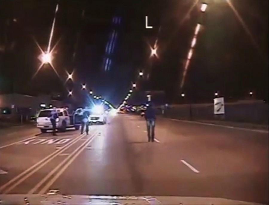 La policía de Chicago dio a conocer un video donde muere a tiros Laquan McDonald, en octubre del año pasado.