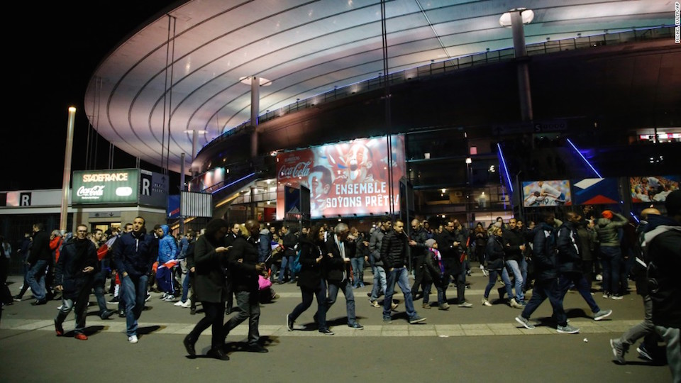 Cientos de personas fueron evacuadas del estadio de Francia el pasado 13 de noviembre luego de los tres atentados simultáneos en diferentes puntos de París que sacudieron a la capital francesa. (Crédito: AP)