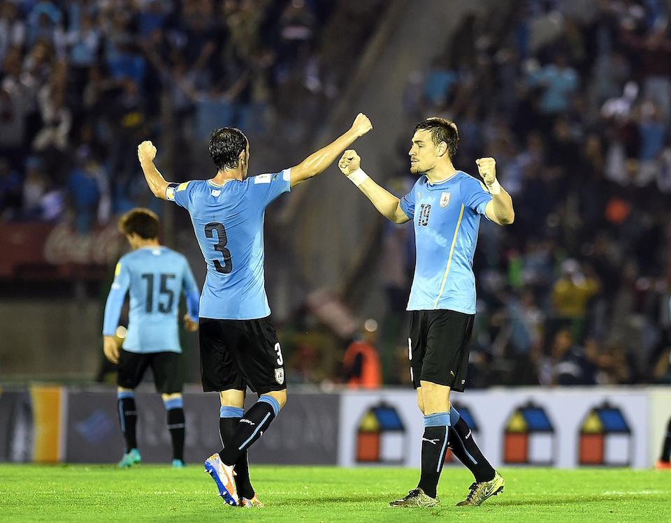 Los uruguayos Diego Godín y Sebastián Coates celebran la victoria sobre Chile (Crédito: MIGUEL ROJO/AFP/Getty Images)