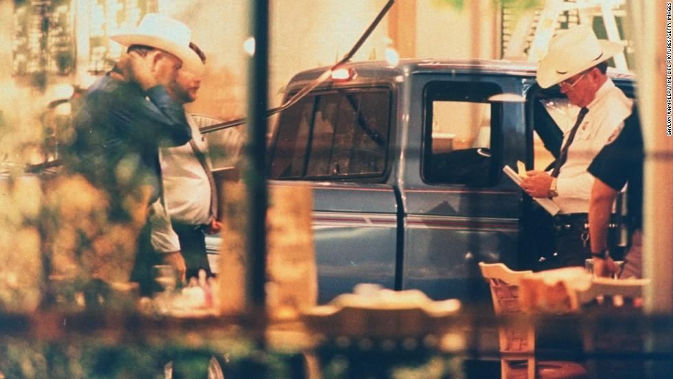 16 de octubre de 1991 - Masacre en la cafetería Luby's en Killeen, Texas: Un hombre de 35 años estrelló su camioneta a través de la puerta de la cafetería Luby en Killeen, Texas. 23 personas murieron y el atacante se suicidó.