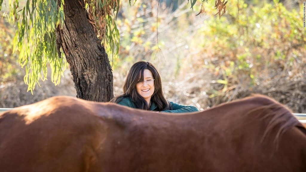 May interactúa con un caballo en el Ortega Center.
