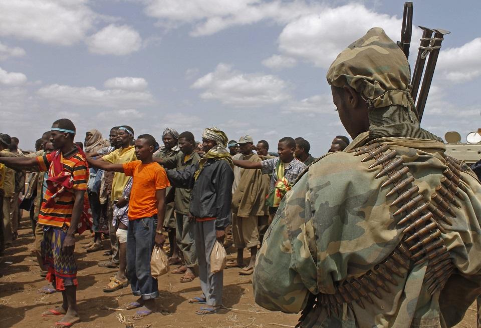 Miembros del grupo terrorista Al-Shabaab luego de ser capturados por las fuerzas de la Misión Africana de la Unión (AMISOM) el 22 de septiembre de 2015, en Somalia. (Crédito:Mohamed Abdiwahab/AFP/GettyImages)