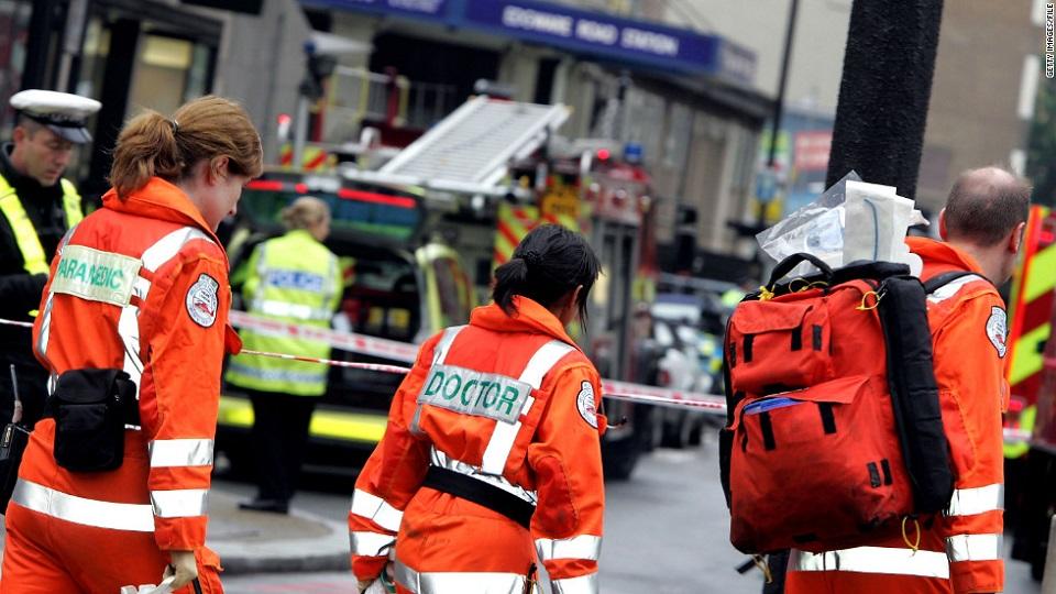 Trabajadores del servicio de emergencia de Reino Unido llegan a Edare Road luego de las explosiones en el metro de Londres el 7 de julio de 2005.