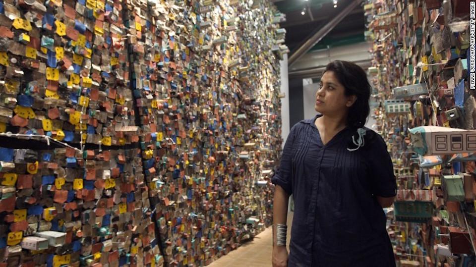 """Hema Upadhyay posa en frente de su pieza """"Think Left, Think Right, Think Low, Thing Tight"""" en París, el 23 de mayo de 2011."""
