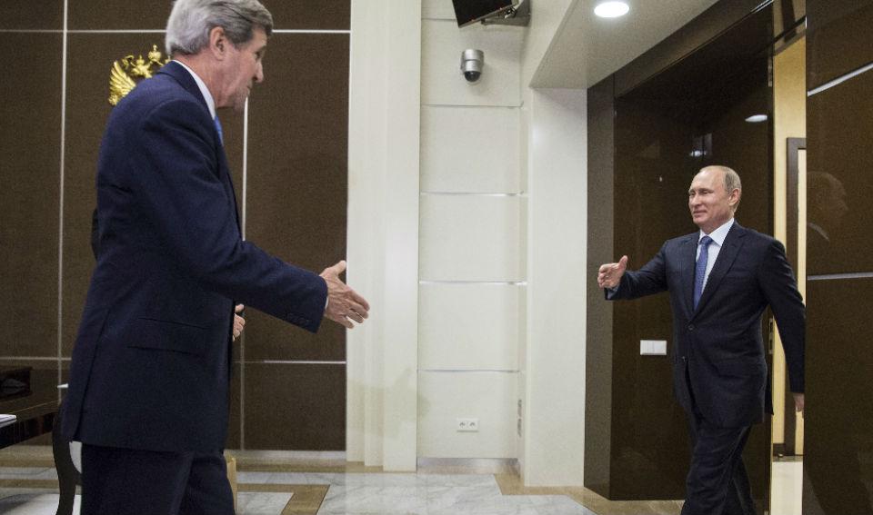 El secretario de Estado de Estados Unidos con el presidente ruso Vladimir Putin reunidos en Sochi el 12 de mayo de 2015. (Crédito: JOSHUA ROBERTS/AFP/Getty Images)