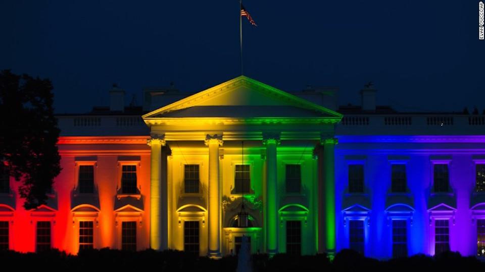 La Corte Suprema de EE.UU. avaló el matrimonio entre parejas del mismo sexo, el pasado mes de junio. La Casa Blanca se visitó de los colores del arcoiris para celebrar esta decisión. (Crédito: Getty Images)