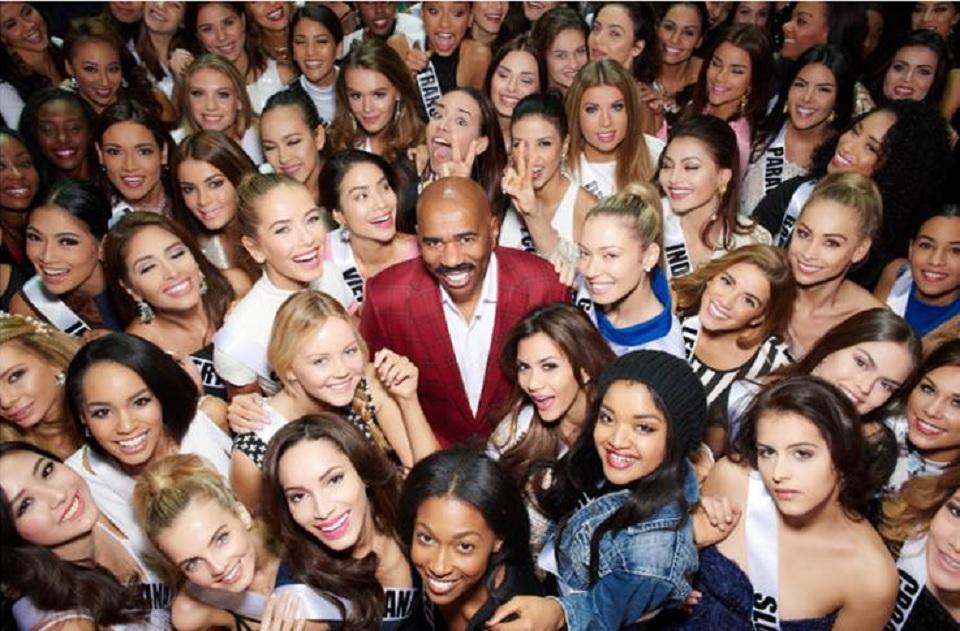 Steve Harvey junto a las participantes de Miss Universo en una fotografía de promoción de la trasmisión que publicó en su página oficial. (Crédito: www.iamsteveharvey.com)
