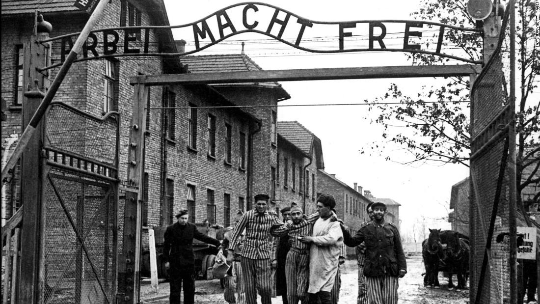 Prisioneros salen del campo de concentración durante la liberación de Auschwitz en 1945.