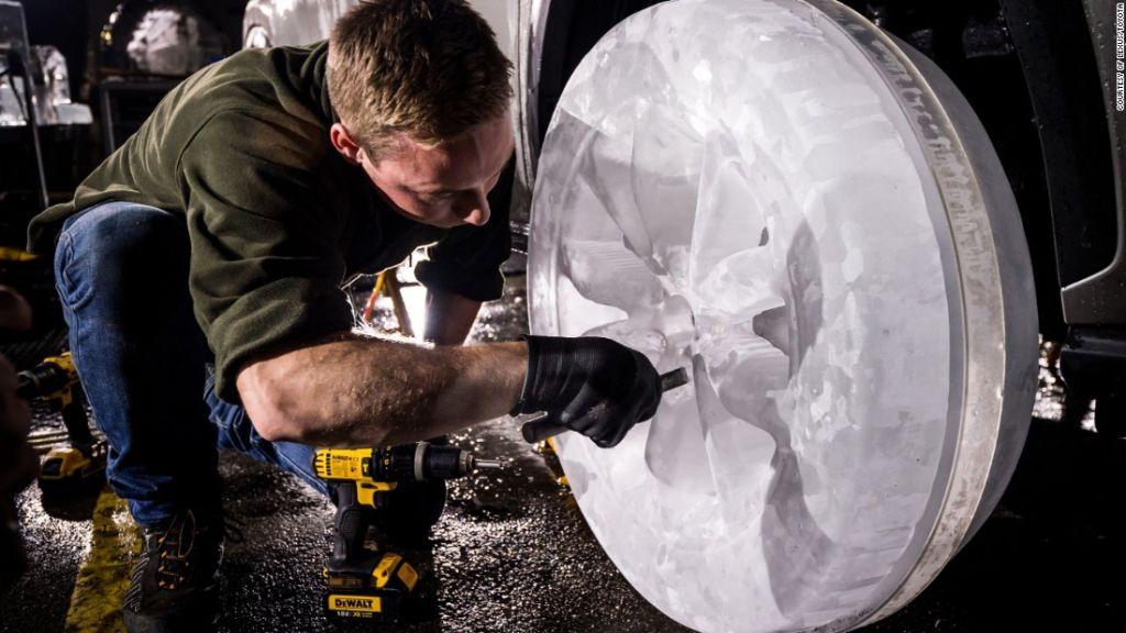 Escultores de hielo profesionales de la empresa Hamilton Ice Sculptures basada en Londres crearon llantas de hielo.