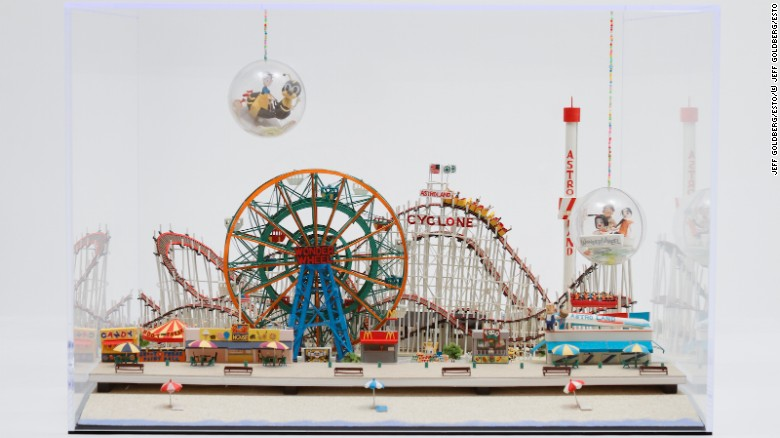 """""""Coney Island"""" - Matsui actualmente reside en Nueva York y ha recreado varios monumentos históricos estadounidenses, como el parque de diversiones en Coney Island."""