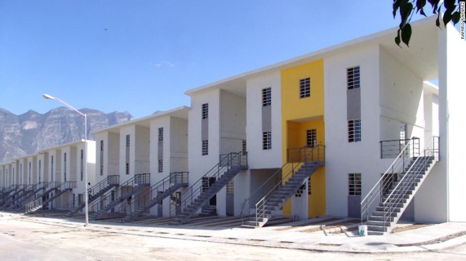 """""""La mitad de una buena casa"""", financiada con dinero público. El bloque amarillo, ocupado, muestra como el estándar de clase media pueden lograrlo los mismos residentes."""