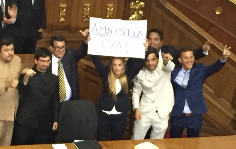 """Lilian Tintori sostiene un letrero que dice """"Amnistía Ya"""", pidiendo la liberación de los llamados presos políticos. (Crédito: CNNEspañol/ Osmary Hernández)"""