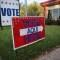 Un cartel en un centro de votación en Austin, Texas. (Crédito: John Moore/Getty Images)