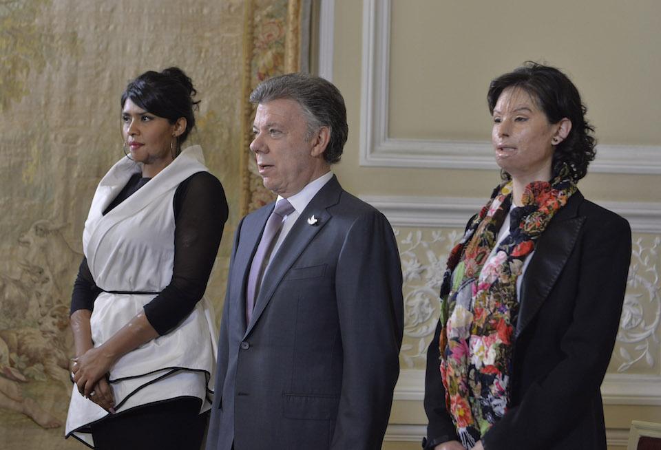 Natalia Ponce de León (a la izquierda) junto al presidente Juan Manuel Santos, al promulgar la Ley contra ataques con ácido. (Crédito: SIG/Colombia)