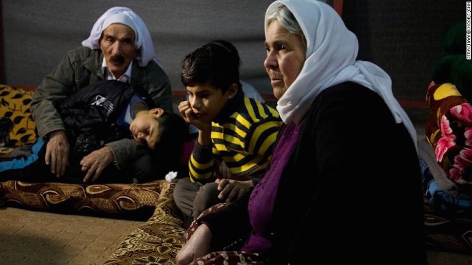 Nouri, de 11 años, descansa con sus abuelos luego de escapar de ISIS, mientras su hermano menor de 5 años duerme.