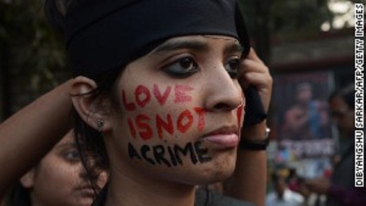 Un activista de los derechos gay toma parte en la protesta contra el Tribunal Supremo.