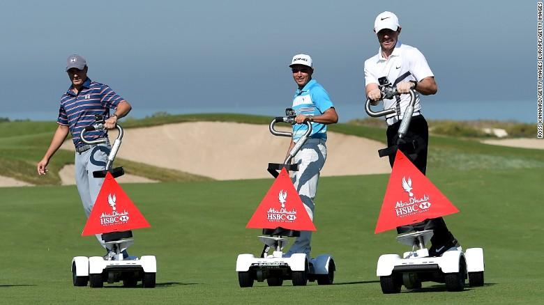Spieth (a la izquierda), Fowler y McIlroy (a la derecha) están navegando sobre una ola de éxito en el golf.