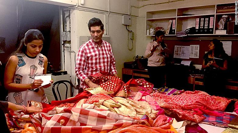 Manish Malhotra inspecciona los saris de su línea 'Regal Threads' en el sótano de su tienda en Bombay.