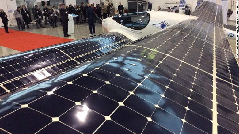 Páneles solares – Funciona por medio de un motor eléctrico alimentado por grandes páneles solares que se encuentran distribuidos a lo largo de sus alas.