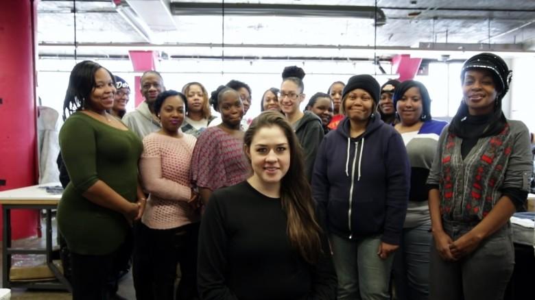 La organización sin ánimo de lucro de Veronica Scott contrata personas sin hogar de los refugios locales para que le ayuden a fabricar los abrigos.
