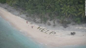Tres marineros que habían naufragado y llegado a una isla remota y deshabitada en el Pacífico fueron encontrados tras tres días por el letrero que escribieron en la arena con hojas de palma.