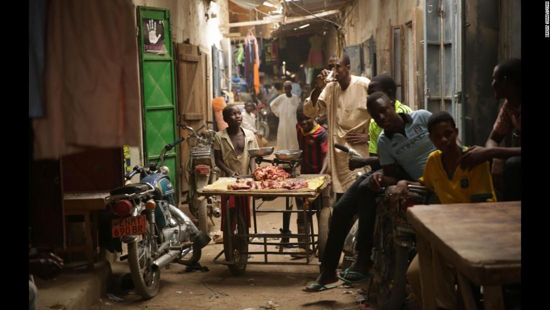 """El mercado en Maroua, Camerún fue bombardeado en julio. """"Desde ese día, cuando veo a una joven o a una niña que no conozco, tengo miedo"""", dice un vendedor."""