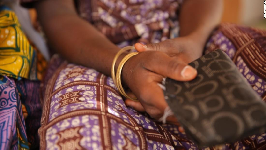 Los brazaletes de oro de Fati, un regalo de su madre, son la única conexión con su vida anterior.