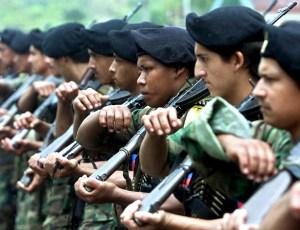 PAZ RECONCILIACIÓN LOS POZOS, COLOMBIA: Guerrilleros de las Fuerzas Armadas Revolucionarias de Colombia (FARC), participan de un desfile militar en San Vicente del Caguan, Caqueta, Colombia, el 07 de febrero de 2001. El jueves 08 de febrero Manuel Marulanda, lider de las FARC y el presidente Andres Pastrana se reuniran en Los Pozos para decidir la continuidad del proceso de paz, y tratar otros puntos como el Plan Colombia de lucha antidroga y el combate a paramilitares de extrema derecha. AFP PHOTO/LUIS ACOSTA (Photo credit should read LUIS ACOSTA/AFP/Getty Images)