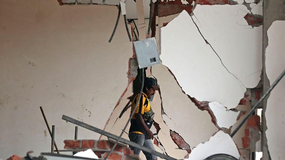 ECUADOR, Pedernales ( 2016/04/23). El Gobierno de Ecuador declar?? el Estado de Excepci??n tras el terremoto 7,6 grados de magnitud en la escala abierta de Richter. En la foto un hombre ingresa a un edificio afectado por el terremoto en Pedernales, para rescatar de su interior lo que pueda. Nearly 650 people are now known to have died in the strong earthquake that hit Ecuador one week ago, President Rafael Correa said Saturday, as the toll jumped yet higher. / AFP / Juan Cevallos (Photo credit should read JUAN CEVALLOS/AFP/Getty Images)