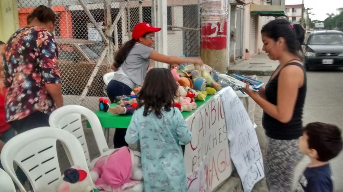 Los vecinos del sector se solidarizaron con la labor de la pequeña de 10 años. Otros niños también donaron sus juguetes. (Crédito: Cortesía / María Cecilia Bravo)