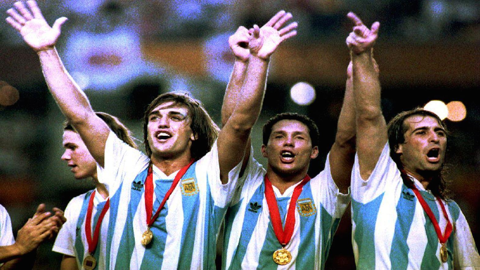 Gabriel Batistuta, Diego Simeone, y Leo Rodríguez celebran la victoria en la Copa América, Ecuador 1993. Los argentinos derrotaron a México 2-1. (Crédito: TIM CLARY/AFP/Getty Images)