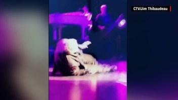 Varios fans captaron el video del momento en que Meat Loaf colapsa y lo compartieron en redes sociales.