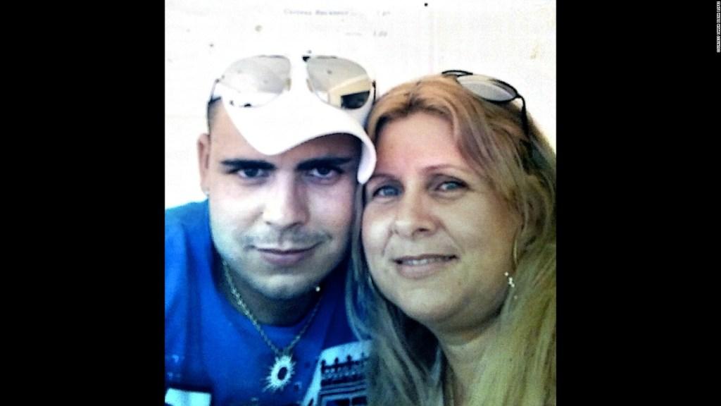 María Elena López posa con su hijo, Alejandro Vergara López, en una foto de familia tomada en Cuba.