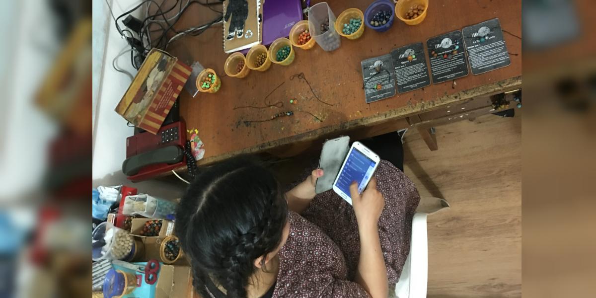 Sol, como le gusta que le digan, fabrica las pulseras a mano con ayuda de su madre. (Foto: Paula Bravo Medina)
