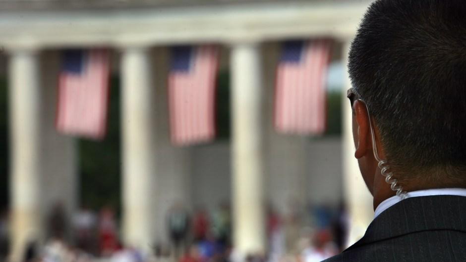 Un agente del Servicio Secreto escanea a la multitud en el anfiteatro del Cementerio Nacional de Arlington el 28 de mayo de 2007 en Virginia.