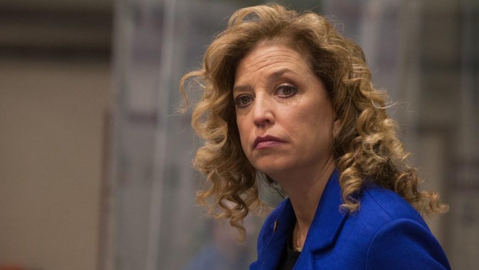 Debbie Wasserman Schultz enfrenta una creciente presión para renunciar a raíz de la filtración de correos electrónicos.
